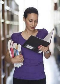 Een vrouw die boeken aan het lezen is