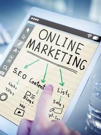 Een tablet waarop online marketing wordt getoond