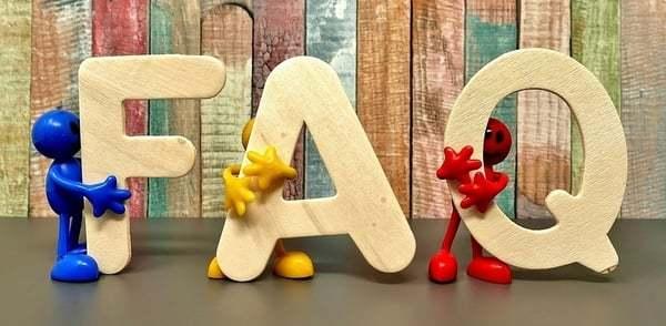 Poppetjes die de letters FAQ vast houden