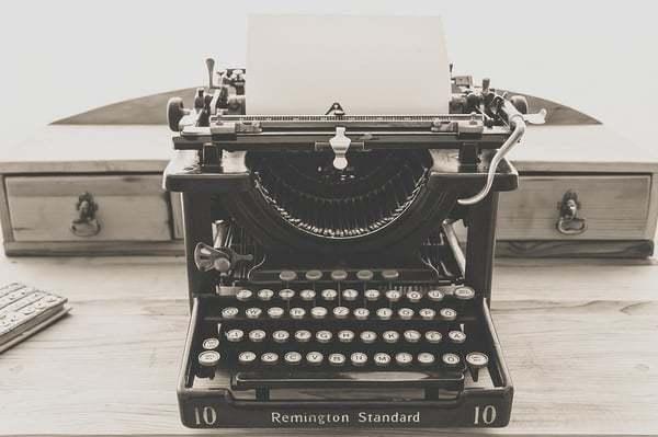 Een hele oude typemachine op een tafel