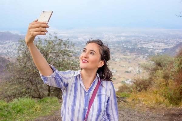 Een vrouw die een selfie van zichzelf maakt met een telefoon