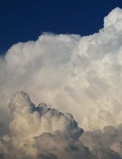 Witte wolken voor een blauwe lucht