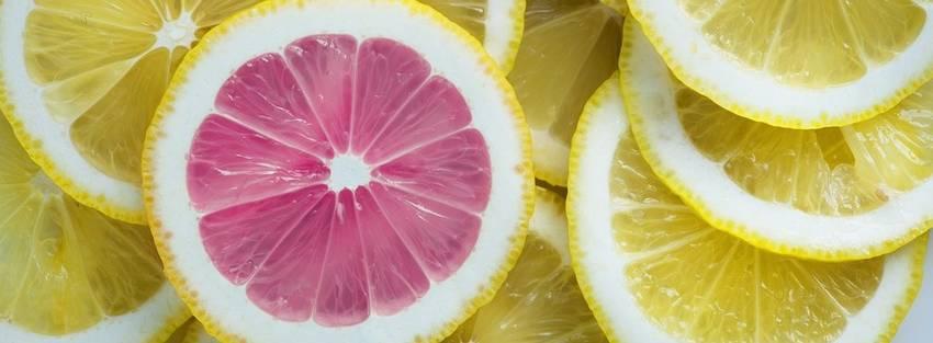Allemaal citroenen bij elkaar waarvan één roze