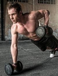 Een man die aan het trainen is met gewichten
