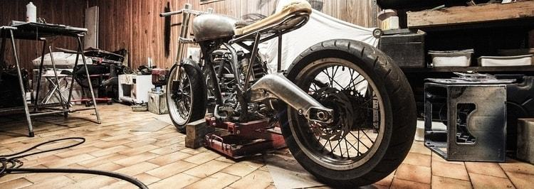Een motor in aanbouw die in een garage staat