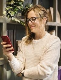 Een vrouw die op haar telefoon kijkt