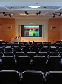 Lege stoelen in een grote zaal voor een seminar