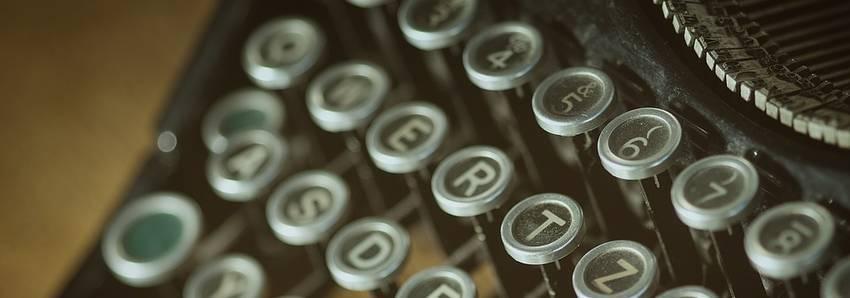 Letters die op een oude typemachine staan