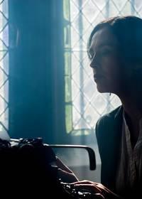 Een vrouw die achter een typemachine zit