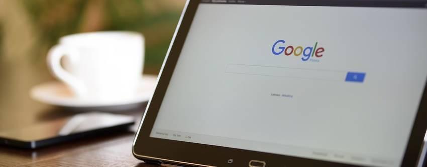 Een tablet met de zoekmachine Google op het scherm