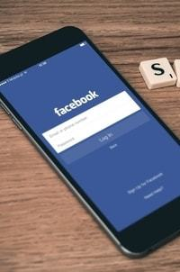 Een smartphone met het inlogscherm van Facebook