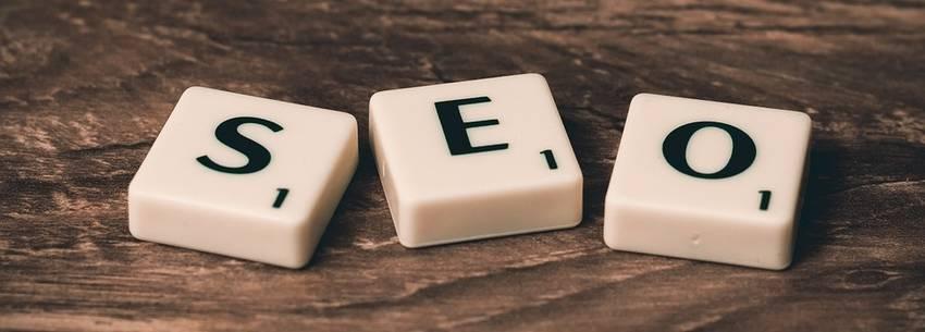 Blokjes met letters die samen het woord SEO vormen