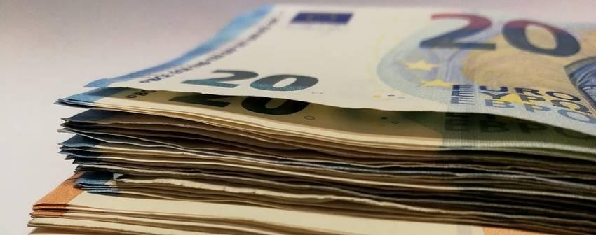 Een stapel bankbiljetten van twintig euro