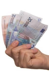 Een hand die verschillende bankbiljetten vast heeft