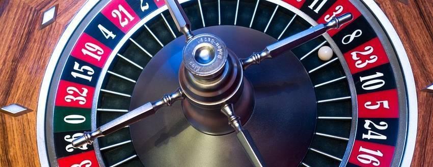 Een groot rad waar je roulette mee kan spelen
