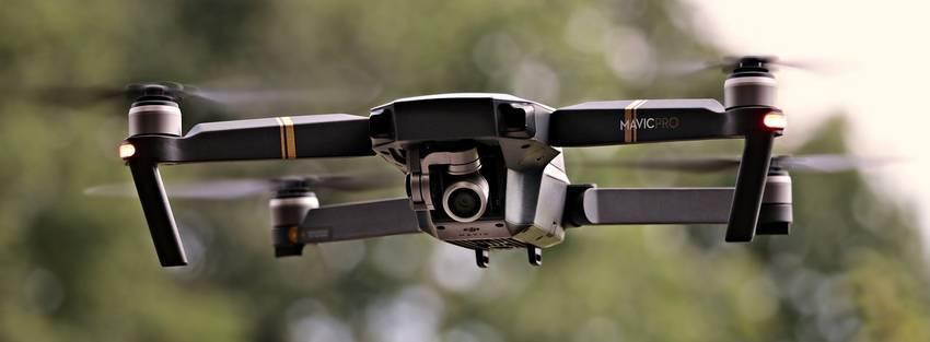 Een zwarte drone die in de lucht vliegt