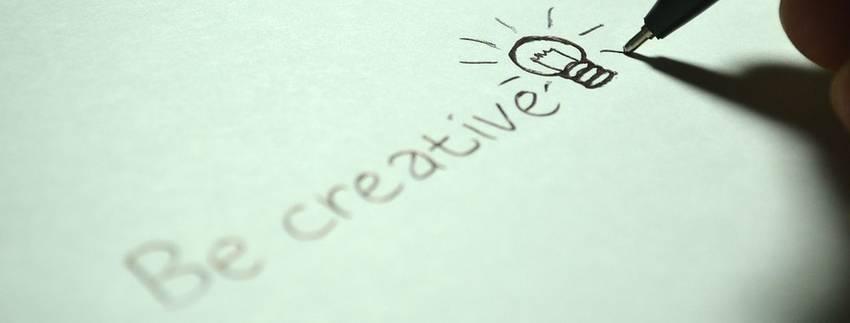 Een pen die opschrijft be creative
