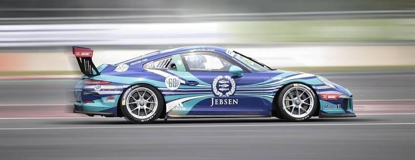 Een race auto met reclame er op