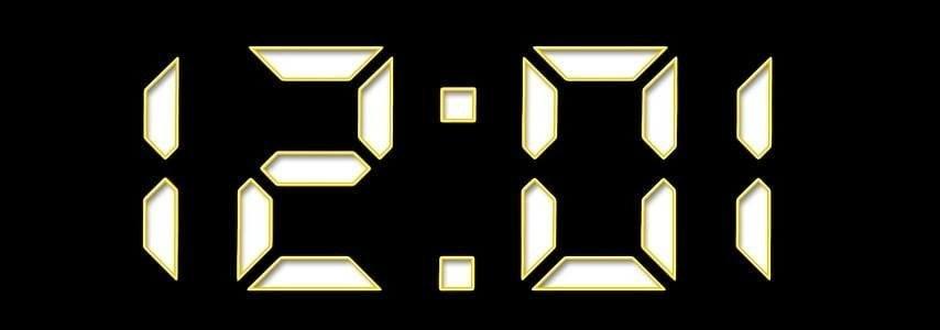Een digitale klok waarop het een over twaalf is