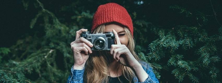 Een vrouw met een fototoestel die foto's maakt