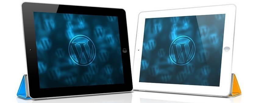 Het logo van Wordpress op twee tablets